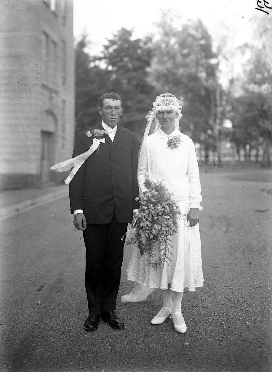 """Efter ankomsten till Jönköping 1929 var det några av svenskbyborna som ingick äktenskap. Bland annat Gustav Andreasson Knutas (f 1901) och Kristina Edvardsdotter Utas (f 1903). De reste senare tillbaka till Ryssland. Gustav """"bliev borta"""" och där stod Kristina ensam med sonen Nils Otto. Hon gifte om sig med Hugo Herman Lauenstein. Via Karelen kom de till Sverige den 30 maj 1936. Då bar Kristina deras tvillingar Astrid och Nils på armen."""