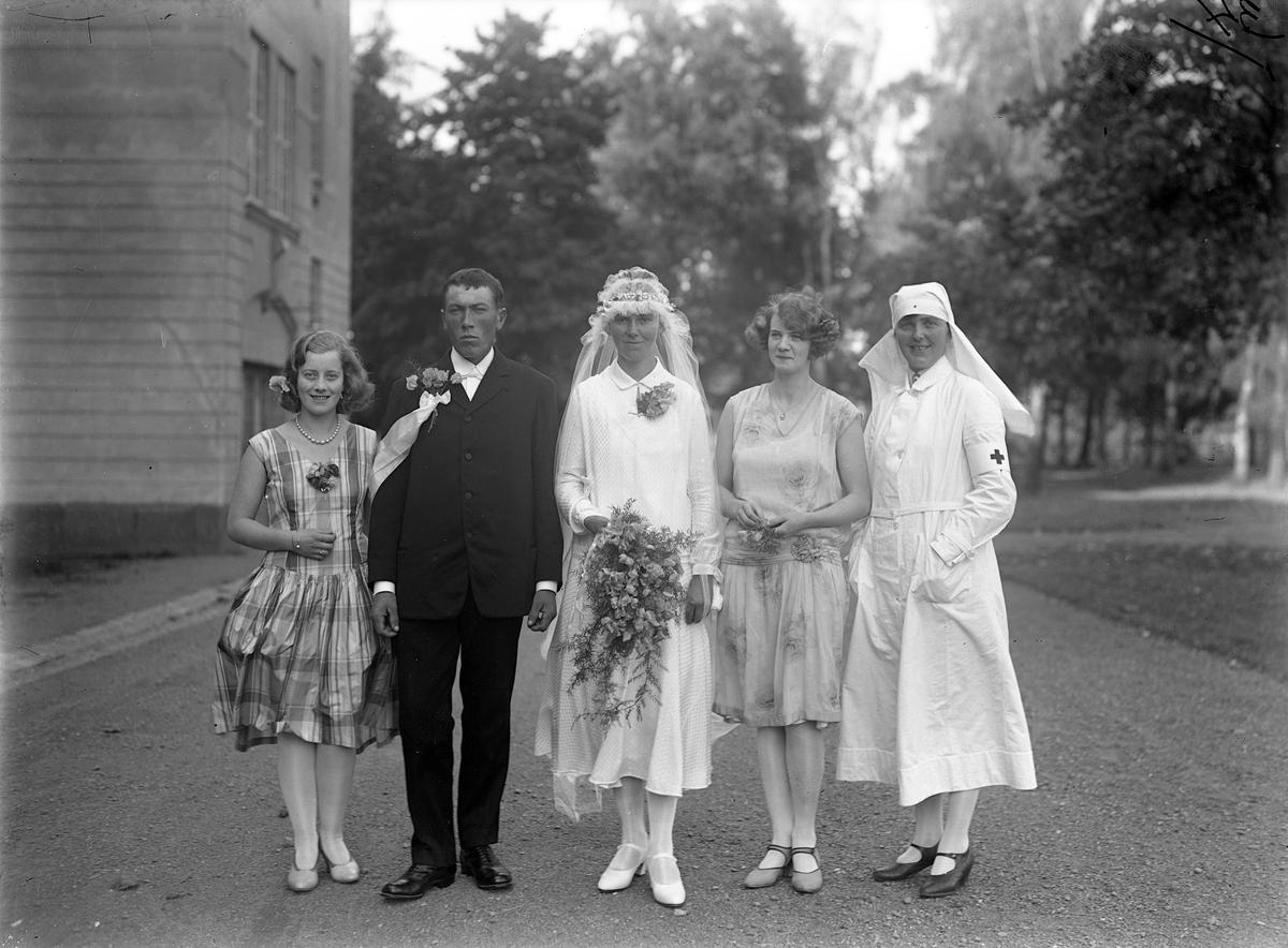 """Efter ankomsten till Jönköping 1929 var det några av svenskbyborna som ingick äktenskap. Bland annat Gustav Andreasson Kntas (f 1901) och Kristina Edvardsdotter Utas (f 1903). De reste senare tillbaka till Ryssland. Gustav """"bliev borta"""" och där stod Kristina ensam med sonen Nils Otto. Hon gifte om sig med Hugo Herman Lauenstein. Via Karelen kom de till Sverige den 30 maj 1936. Då bar Kristina deras tvillingar Astrid och Nils på armen."""