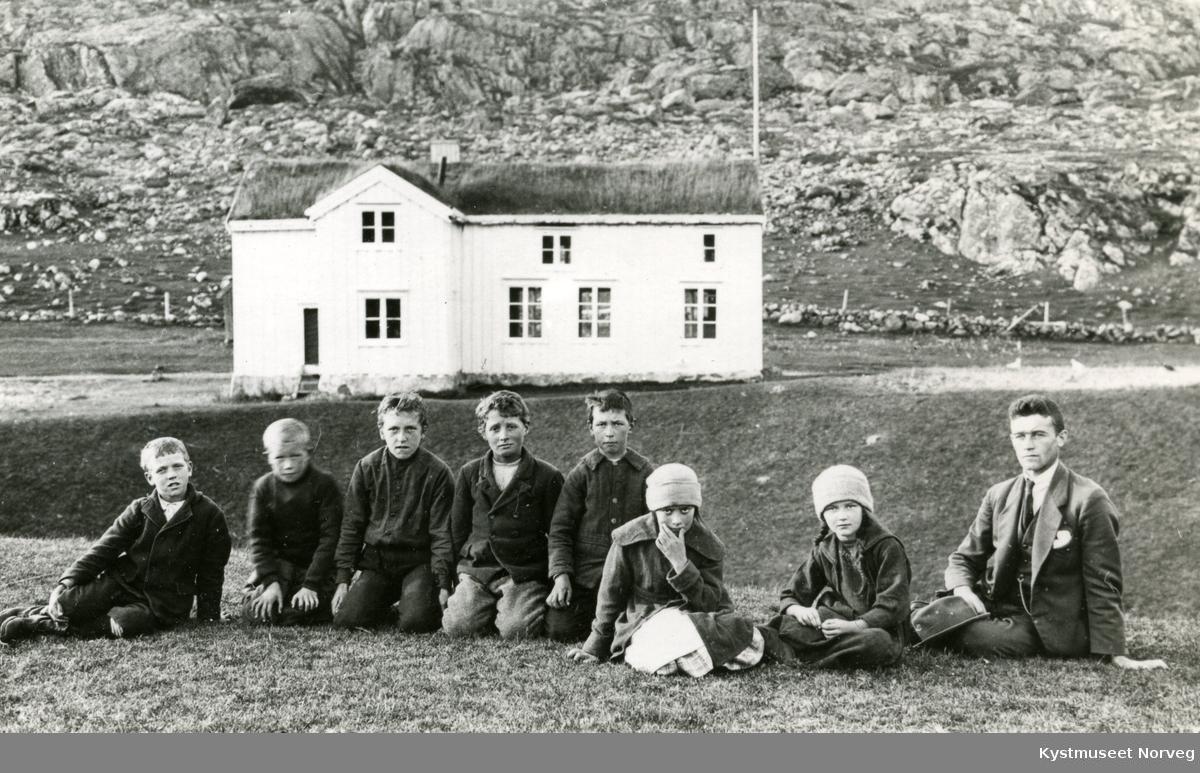 Fra venstre: elevene Einar Ingebrigtsen, Fridjof Fredriksen, Oddmund Engan, Egil Haug, Torolf Vågan, Astrid Ovesen, Alfhild Pedersen og lærer Konrad Leknes ved Solsem Grendeskole