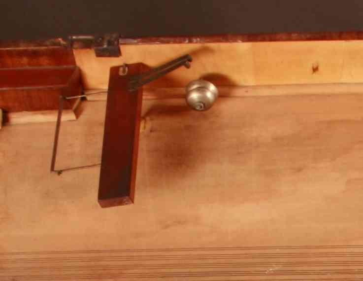 """Omfang: CC-a'''' (6 oktaver og sekst)   Kasse ut- og innvendig i finér. Tre runde ben med forgyllinger (muligens ny posisjon).  """"Lokket har ovenpå 2 hengslede plater foruden en hengslet plate som henge ned og skjuler fronten. Hele lokket er hengslet i venstre kant og kan løftes opp og låses i halvstilling av en støttestav. Lokket er låsbart med nøkkel i forkant (nøkkelen mangler) og ellers av 2 messingkroker i høyre kant. Notestativet ligger løst og kan flyttes fram og tilbake""""(reg. av siste eier 2017).  Mekanikk og strenger: Wienermekanikk Treramme. CC-EE 2 strenger/kor, antatt messing (mangler) FF-a'''' 3 strenger/kor, av jern. så kalt backpinning på stol.  Register: 6 pedaler (fra venstre): tyrkisk register (to klokker på langsarg (muligens også en plate som slår mot bass-strenger alternativt symbal/tromme (mangler); fagottregister for bass- og tenorregister; demperløft; (antatt) una corda; moderator (grønn filt mellom hammere og streng); [ukjent];."""