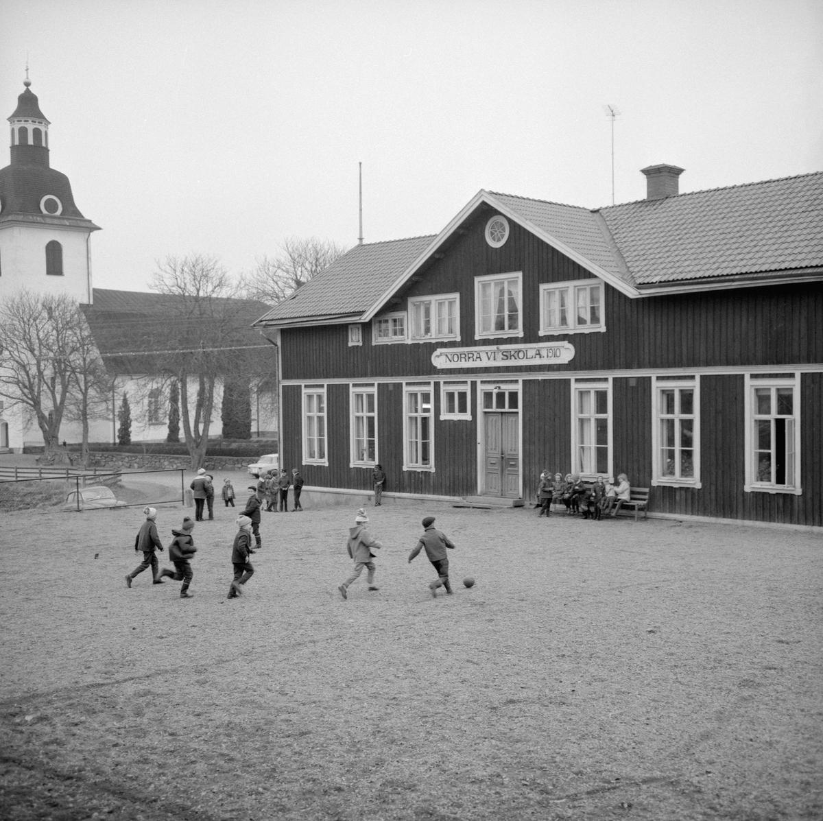 Året är 1964 och i sinom tid kommer det att vara slutlekt på skolgården till Norra Vi kyrkskola. Efter skolans nedläggning 1967 fick byggnaden ny funktion som församlingshem.