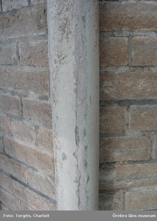 Renoveringsarbeten av tornfasader på Olaus Petri kyrka (Olaus Petri församling).Spricka i kolonn som lagats, östra tornet.Dnr: 2008.230.065