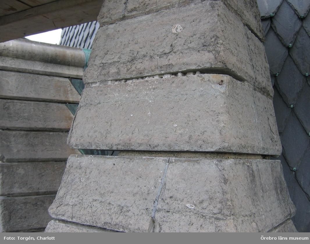 Renoveringsarbeten av tornfasader på Olaus Petri kyrka (Olaus Petri församling).Fogarna på fial är rensade, östra tornet.Dnr: 2008.230.065