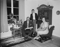 Familjen Jansson i hemmet omgivna av blommor, Östhammar, Upp