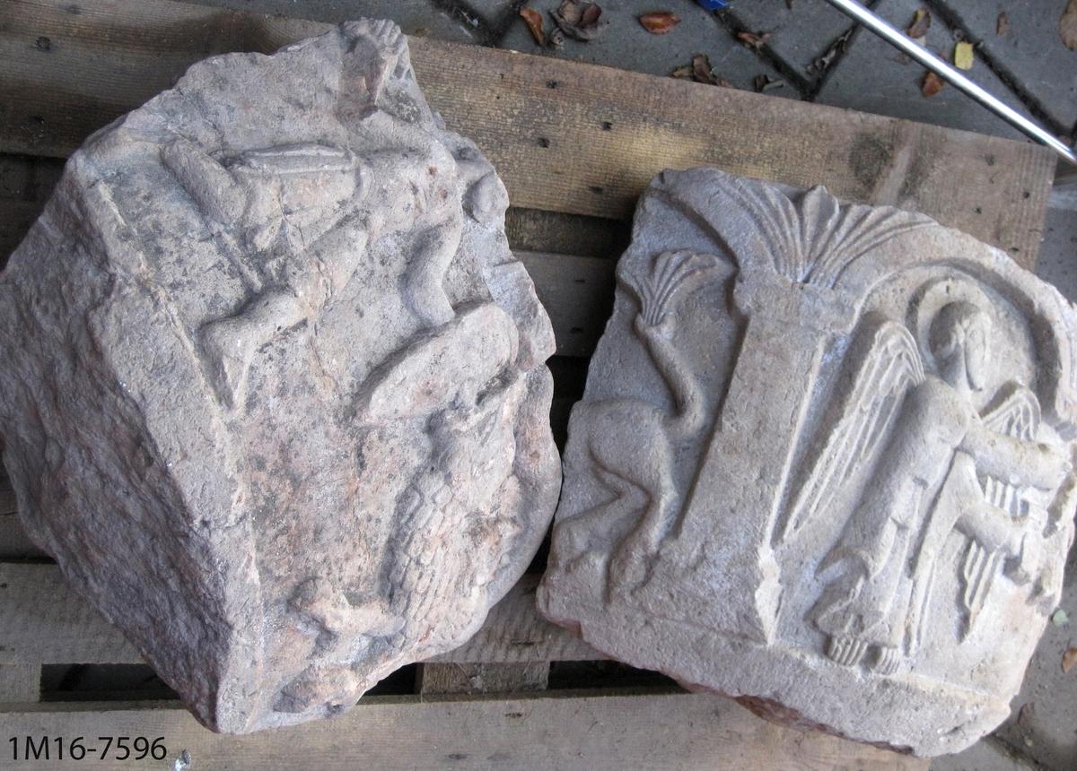Dopfuntscuppa, kalkformad, i fyra delar. Huggna reliefer i form av figurer med fylliga, rundade kroppsvolymer mot en släthuggen bakgrund. Centralt motiv är Kristi dop. Till vänster om Kristus står Johannes Döparen och håller i om katekumenens arm och en kvist eller bok i andra handen. I nära anslutning finns en örnliknande fågel och en ängel. två stridsscener dels mellan en beväpnad man til fots och en drake, dels mellan en ryttare och en kentaur.  Cuppan kan eventuellt ha tillverkats av Mäster Othelric. Se: Dahlberg Markus, Skaratraktens kyrkor under äldre medeltid, Västervik 1998.