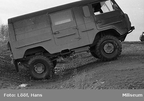 Militärbefälhavaren inspekterar A 6. Hinderkörning med tgb 11.