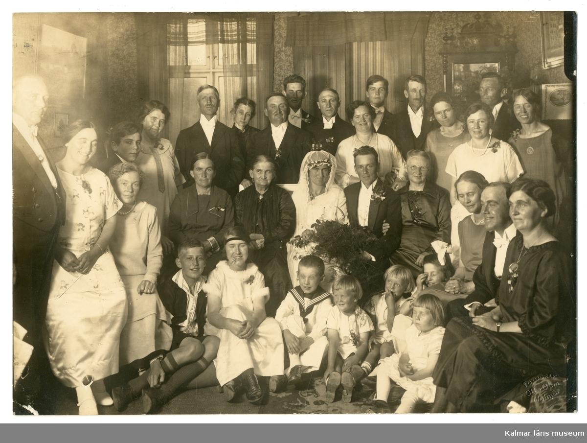Grupporträtt av familjen Petersson-Sivgård från Ellen och Gustaf Sivgårds bröllop.