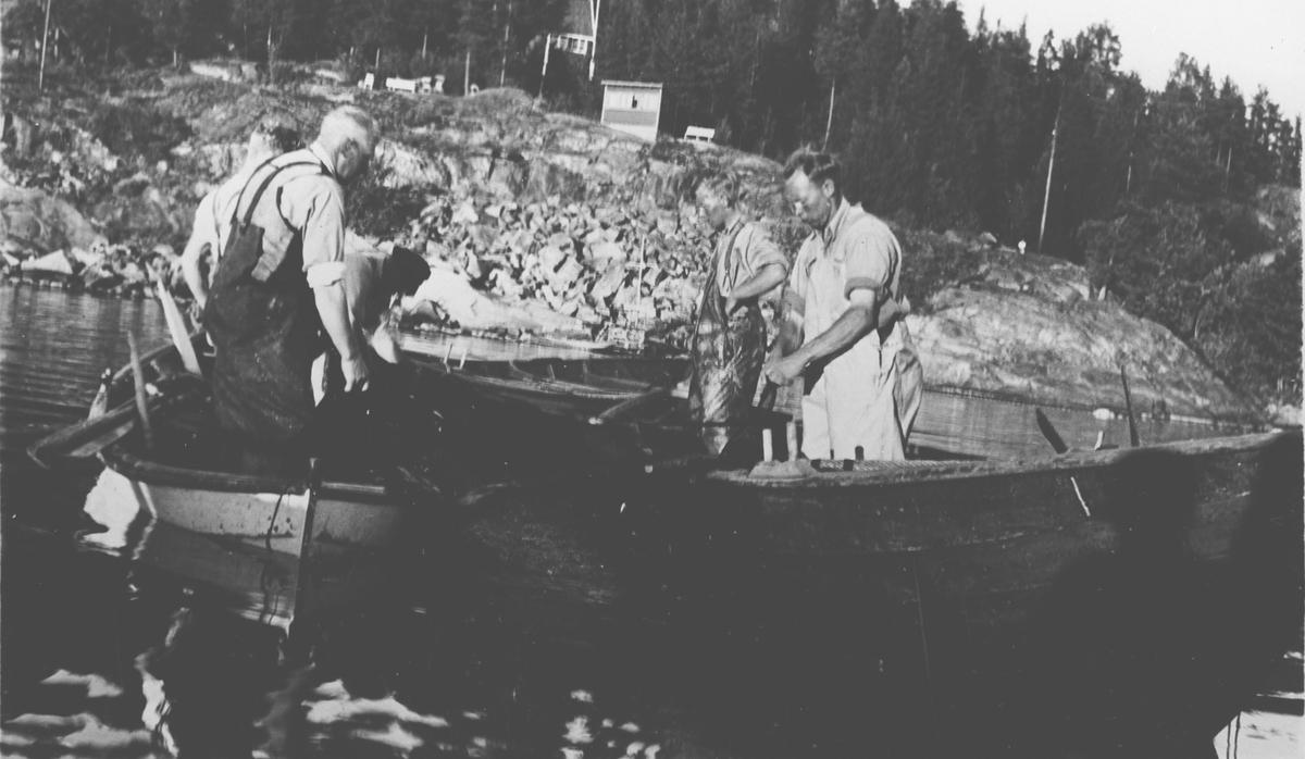 4 menn på fisketur med to båter.