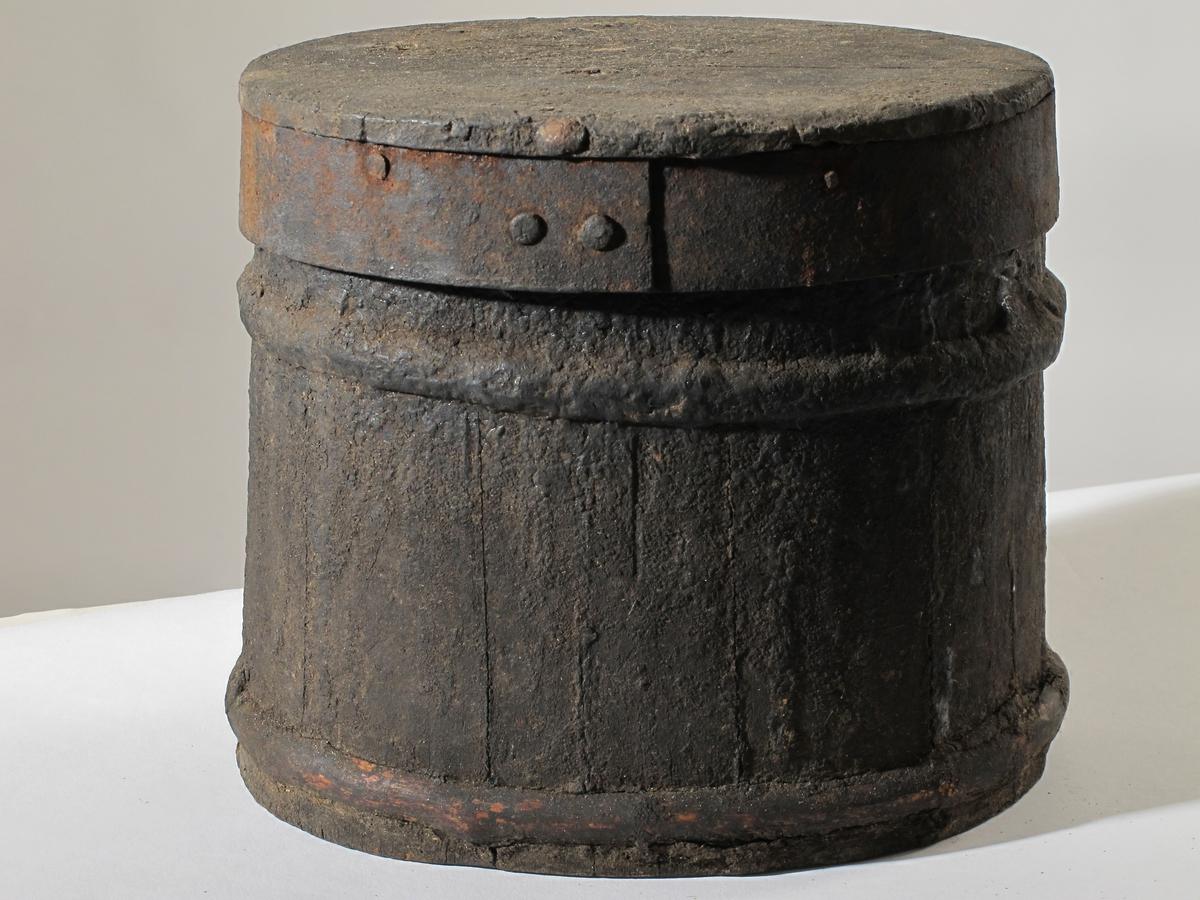 Tjæreholk med lokk, spann og  tjærepinn    a) Holk.   Furu. Lagget  kar med oval bunn, en gjord oppe og en nede. Flatt lokk med  sn I  nngsgående mrrekk, gv jernblikk. (som AAM.5211). Opprinnelig en melkeholk.  Tistand: Tjære inn og utvendig,   b) Tjærespann. H.ca. 14. Rundbunnet blikkspann,  sterkt bulket og med to tvunne jerntråder som hank,    c) Tjærepinn. Tre. U 22.  Støvste R. 3,8 Innsntt med tjære. Form som en padleåre