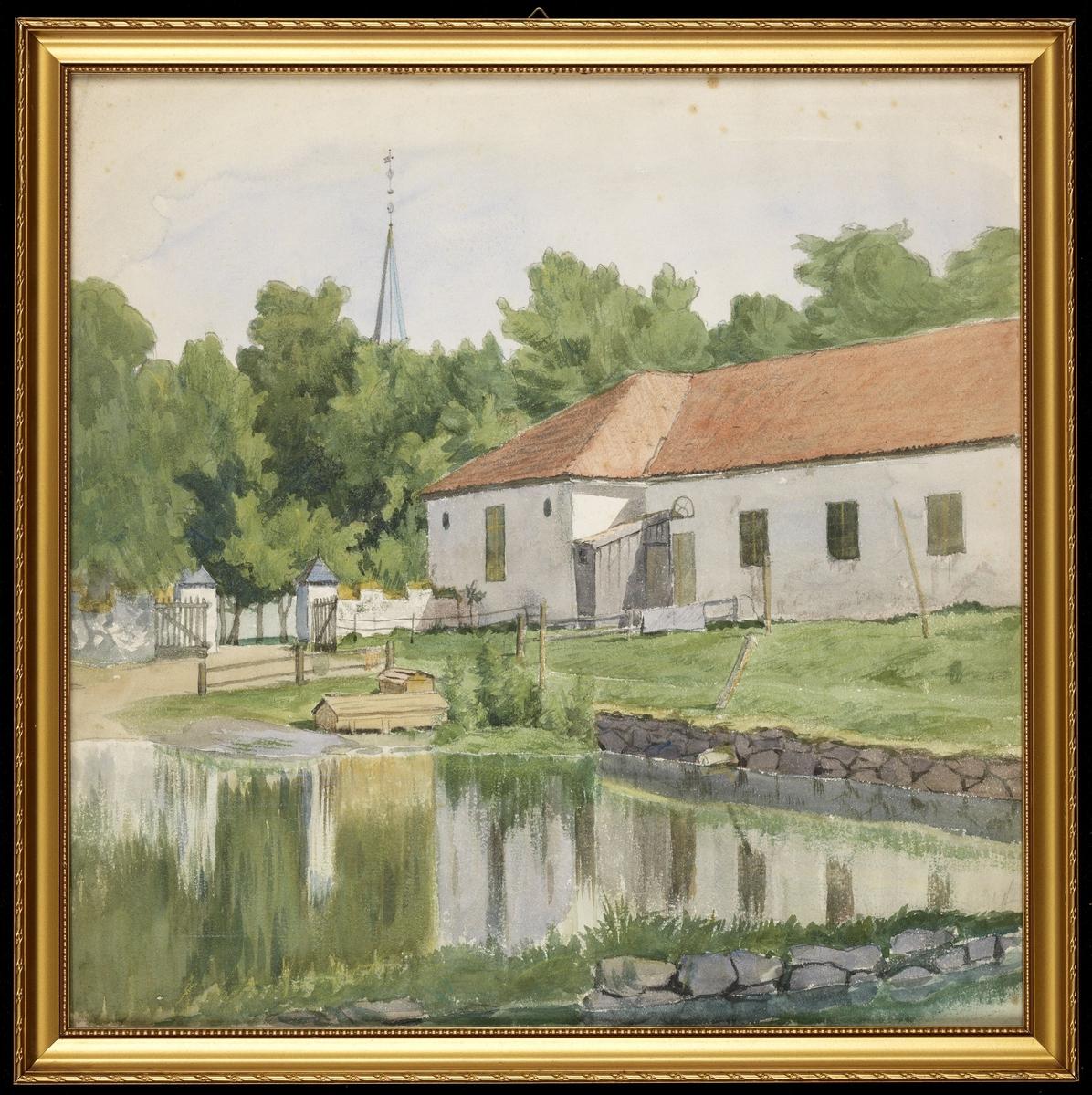 I forgr. dam, i mellomgr. hvitt, 1-etg. murhus, mur m. port, vei, grønne trær