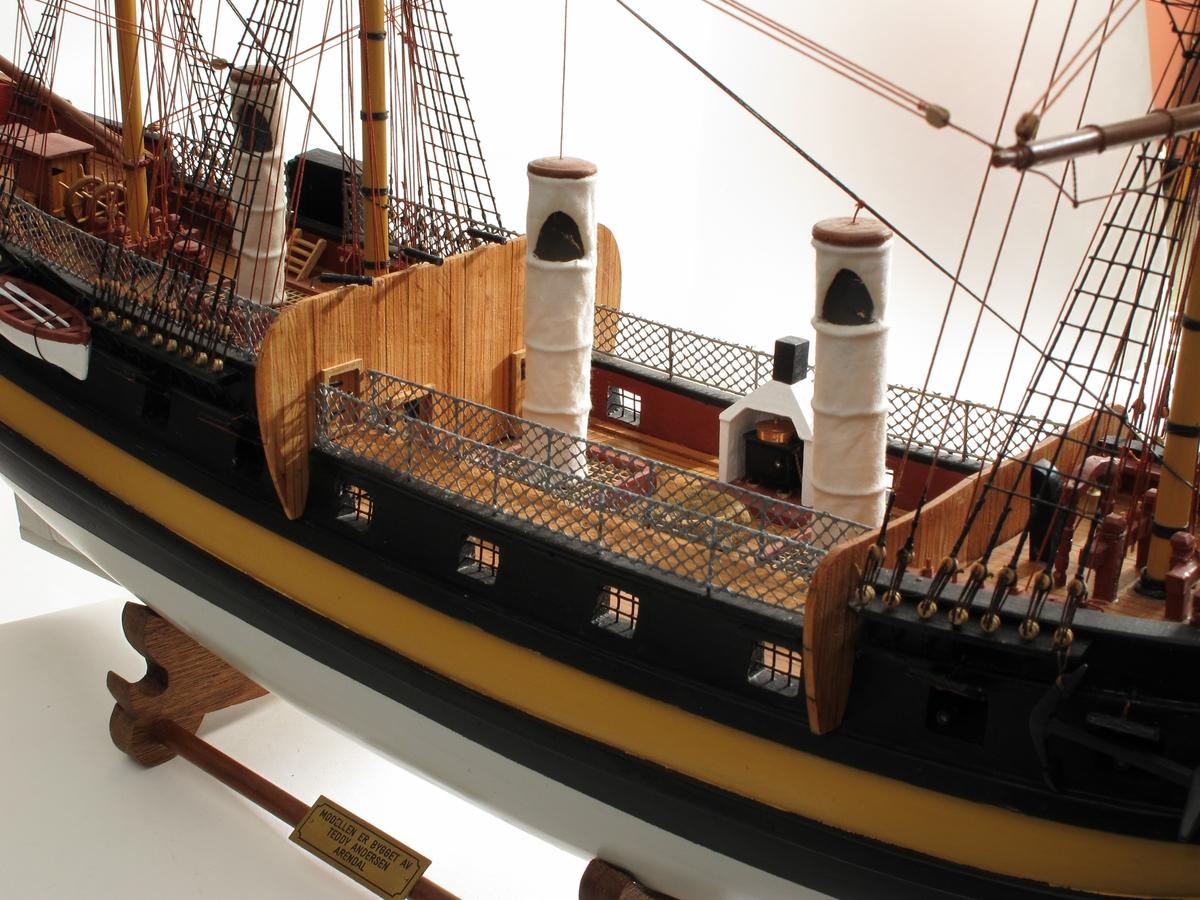 Modell av handelsfregatt og slaveskip Fredensborg, bygd etter skutebilde og studier av skipstypen. Skipet har tre master, rær på alle.  Alle deler er laget av modellbyggeren.