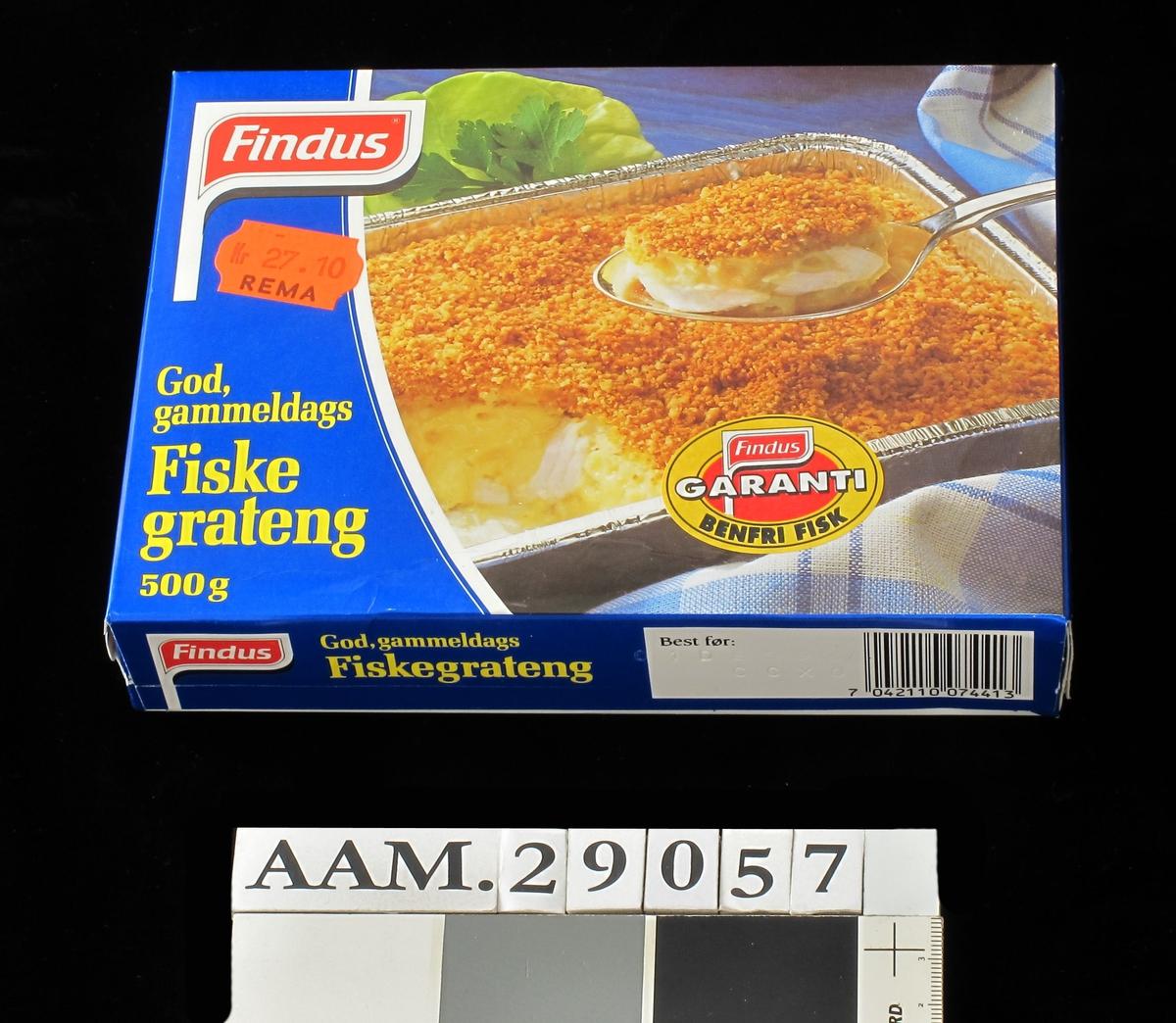 På forsiden gyllenstekt fiskegrateng med salat. På baksiden midre bilde med fiskegrateng, poteter og grønnsaker på hvit talllerken.mot mørk duk.