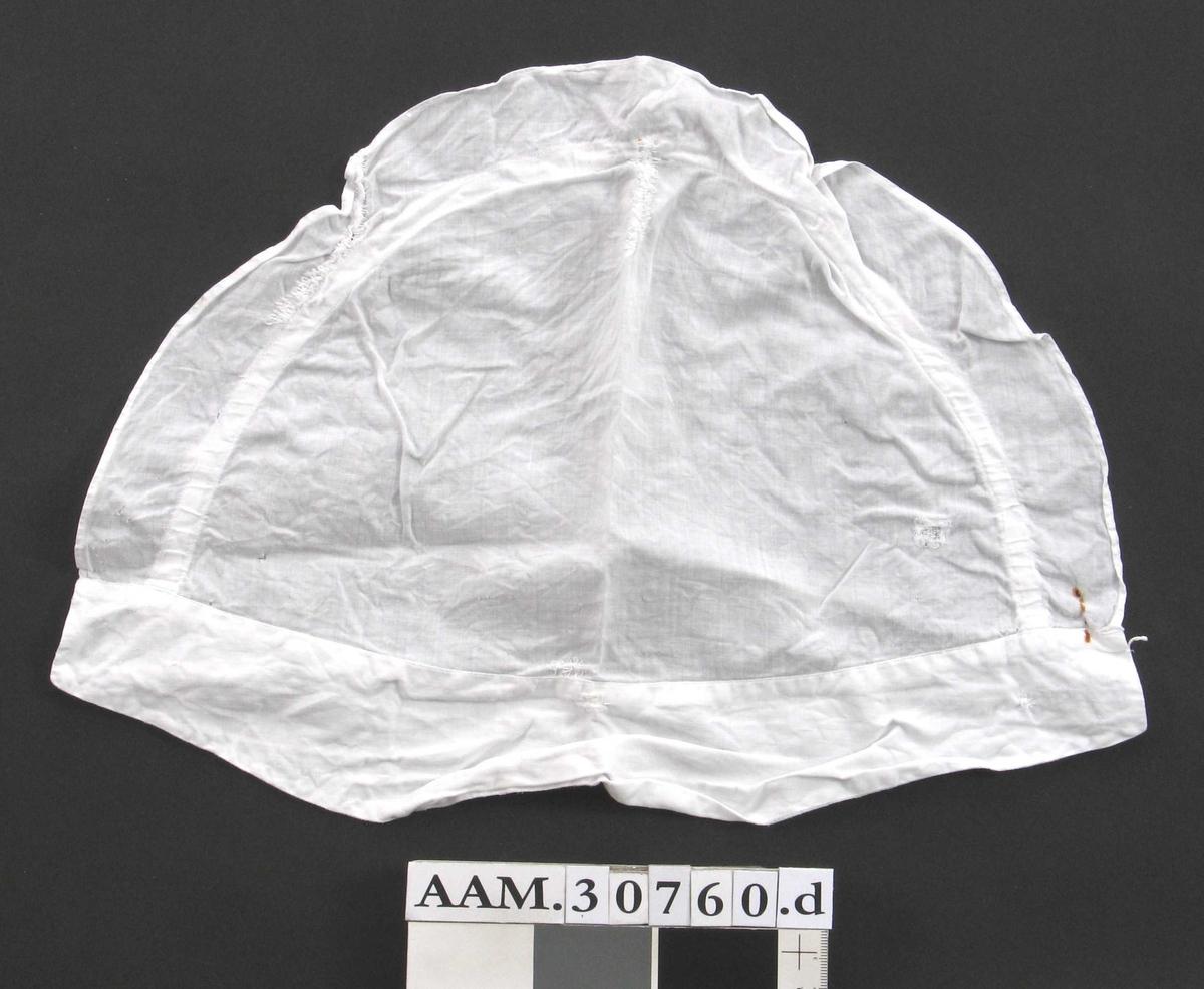 Form: Halvsirkelformet tøystykke, løpegang til å snøre bak nakken, kappe foran.