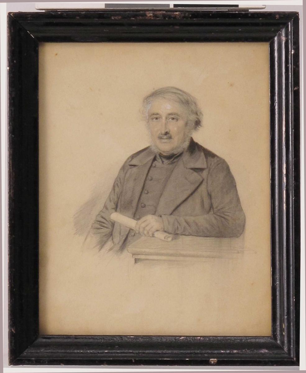 Portrett, middelaldrende mann, i halvfigur, sittende ved et bord med et sammenrullet papirark i handa. Svak høyrevridning i kroppen, blikket rettet mot betrakteren. Mustasje og kinnskjegg. Kledd i jakke og vest.