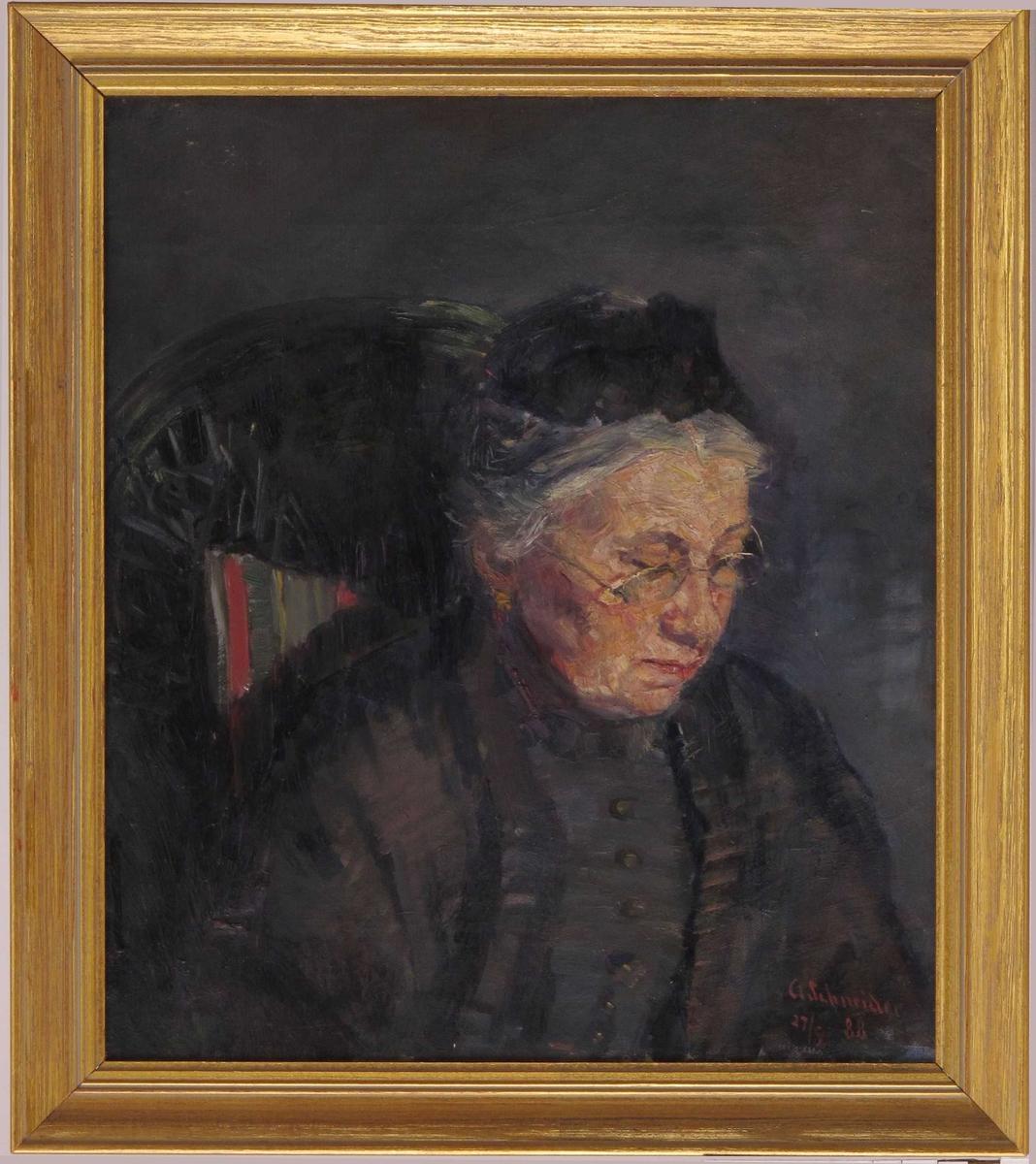Portrett, eldre kvinne. Ansiktet vendt mot venstre, ser ned (på et håndarbeide e.l.), briller. Grått hår. Kledd i sort kjole, og sort hodeplagg. Sitter i en stol, en ser noe av stoltrekket. Grå bakgrunn. Ingen opplysninger om hvem den avbildede kvinnen er, Hun kan muligens være kunstnerens mor.
