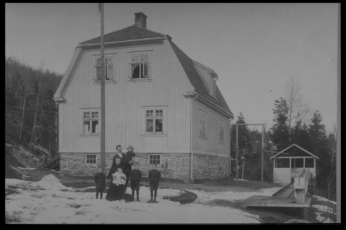 Arendal Fossekompani i begynnelsen av 1900-tallet CD merket 0469, Bilde: 18 Sted: Bøylefoss Beskrivelse: Rørgatetrase med bane og forskaling til rørsadlerHuset hvor familien Gjøtterud bodde