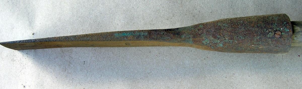 Isbile med skaft. Brukt til å hakke hull i isen med, f.eks. under isfiske. En del rust. Rester av blå maling/lakk.