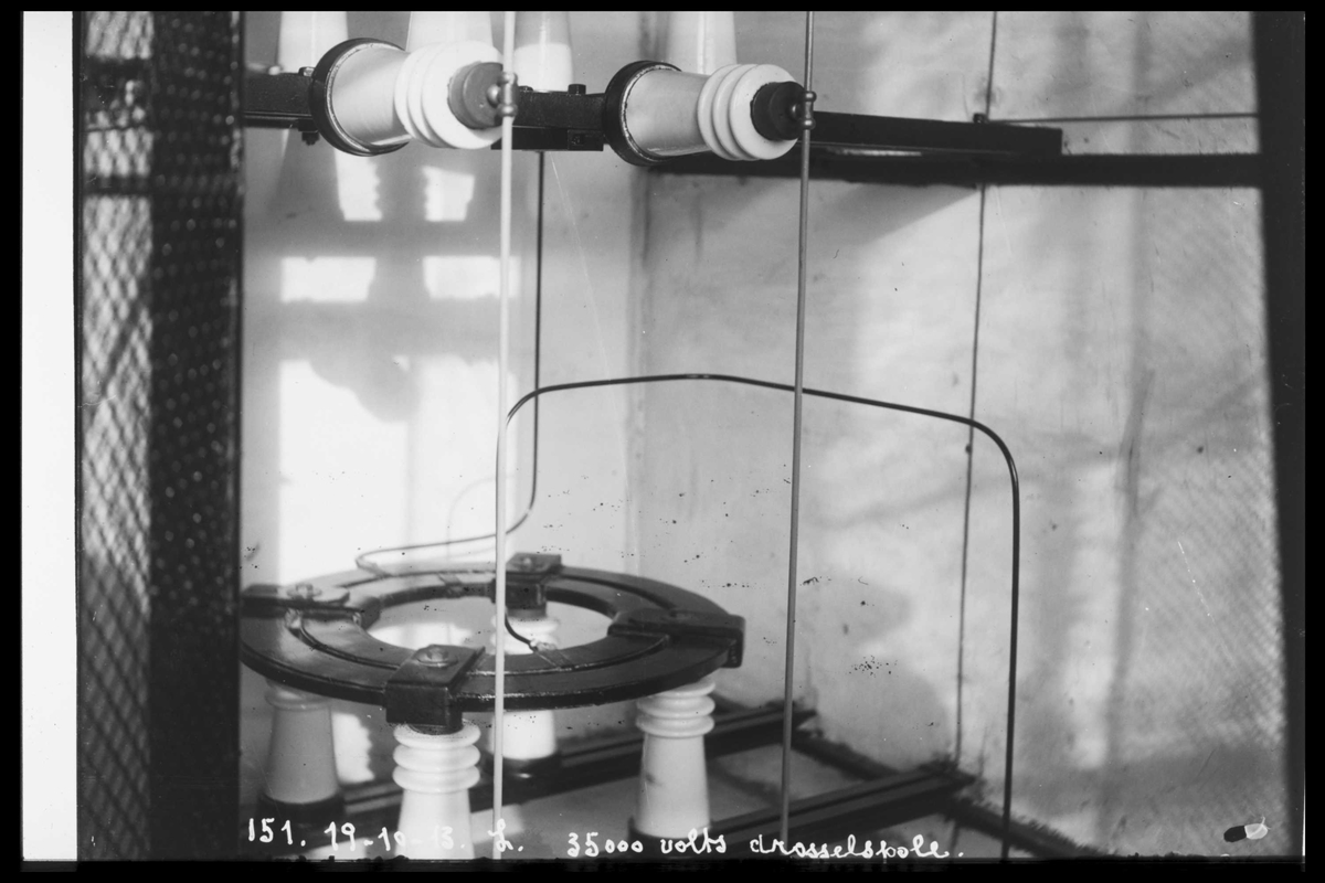 Arendal Fossekompani i begynnelsen av 1900-tallet CD merket 0470, Bilde: 38 Sted: Bøylefoss Beskrivelse: Drossespole (35 000 V)
