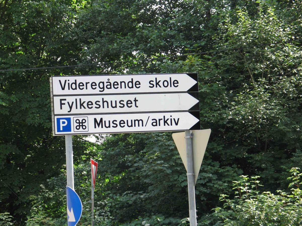 Skilting på Langsæ. Nytt skilt i veikrysset Barbudalen / Ragnvald Blakstads vei, med skilt til parkeringsplass for museum og arkiv.