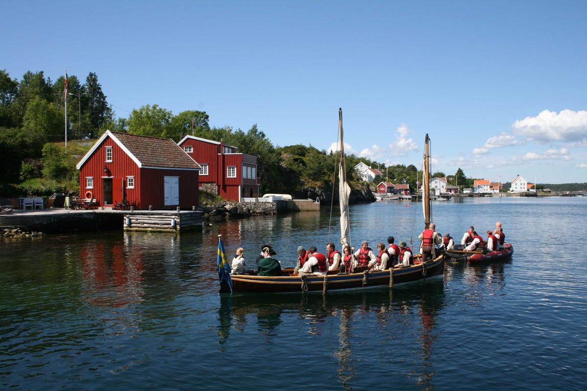 Merdøgaard. Besøk fra skipet Götheborg klar til retur til skipet, som ligger oppankret på fjroden. Skipet besøkte Arendal i anl. Kjæmpestaden, og lå flere dager på Revesandsfjorden.
