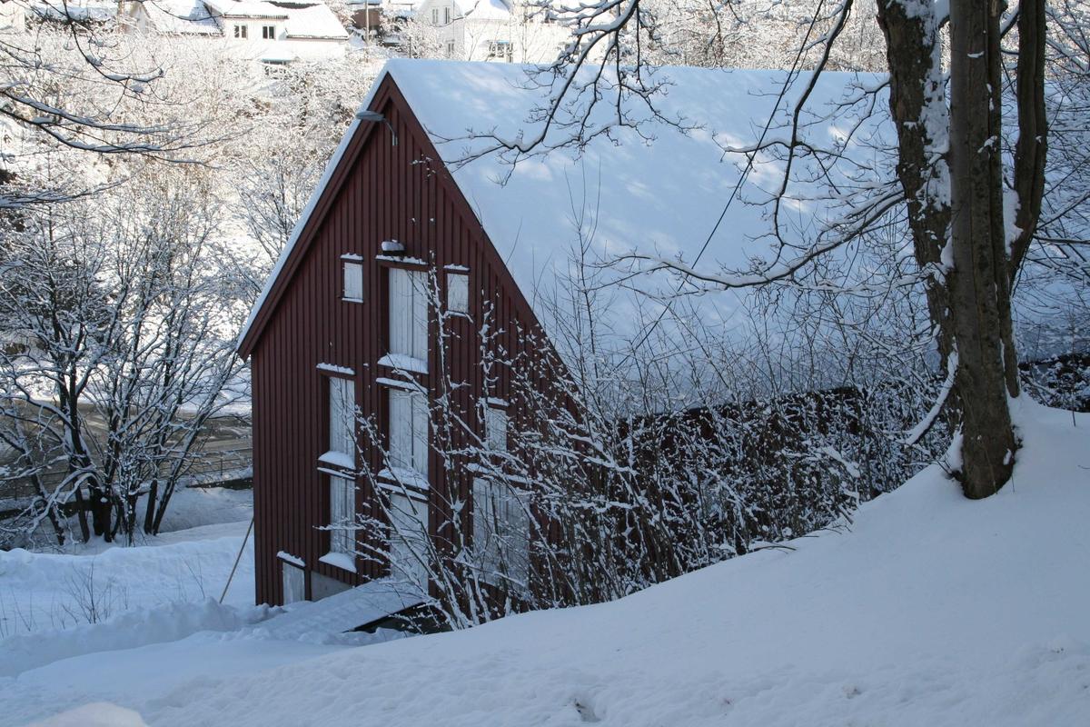 Langsæ, vinter, snødekket landskap. Klokkebua, eksteriør, på skrå mot nordre gavlvegg.