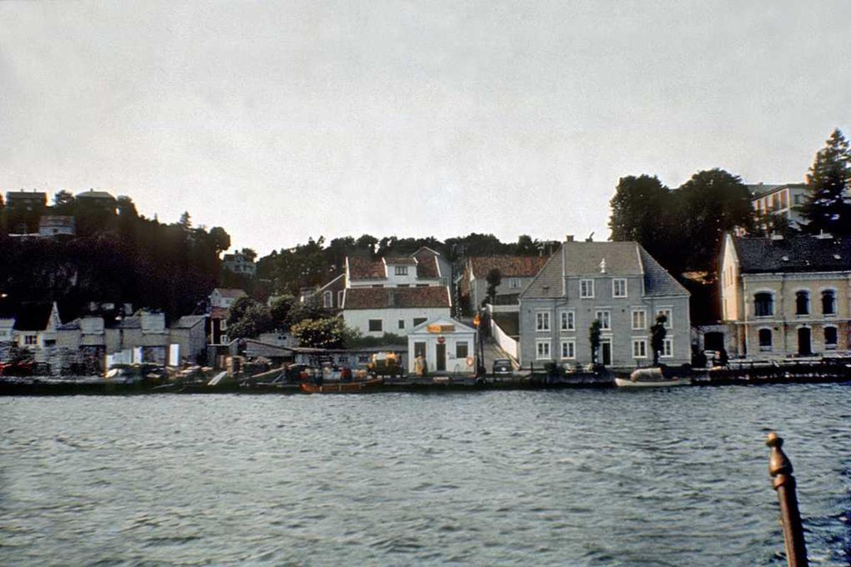 Bebyggelse, sett fra sjøen, kjøpmannsgård, Det Aalholmske hus,  m. mannen på tåga, m.m.