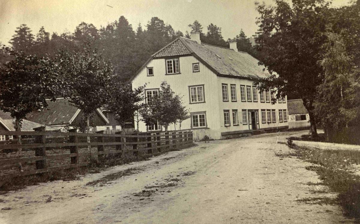 Fra John Ditlef Fürst fotoalbum. Frolands Jernverk - Hovedgården Foto nr 113 - AAks 44 - 4 - 7