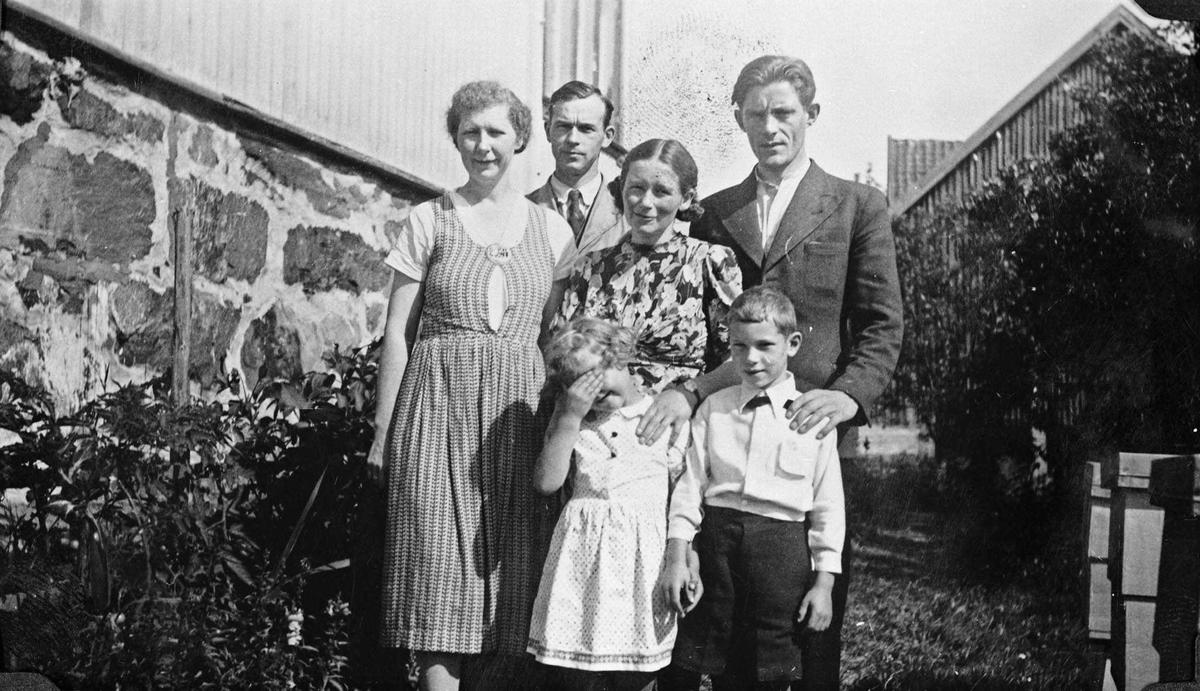 Familien Gjørvad har flyttet til Hammer skole. To par og to barn avbildet ute foran Hammer skole. Ingrid og Steffan Gjørvad med barna Marit og Lars. Ruth og Per Rommetveit.