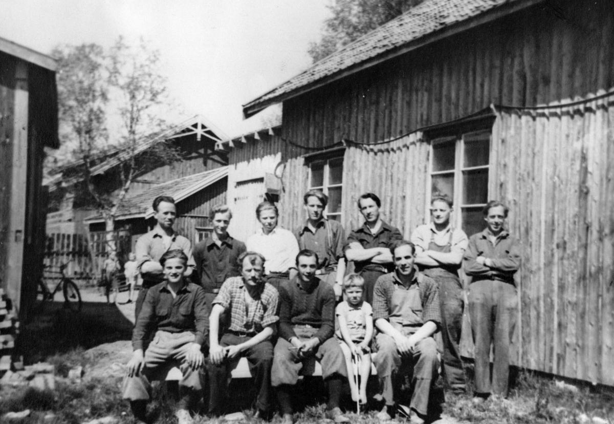 Arbeidere ved Arne Lerengs snekkerverksted.