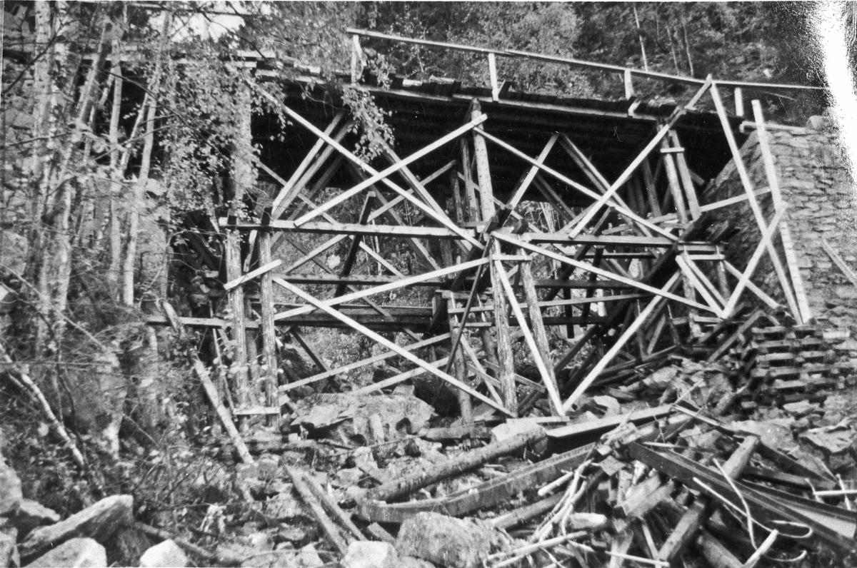 Brua over Holtåa april 1940.