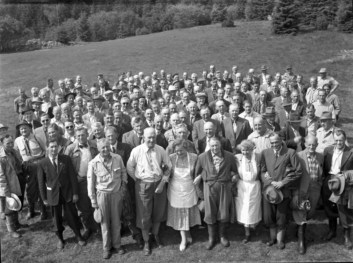 Eidsvoll Almennings skogstur i 1956. På bildet: Leif Ljødal (formann), Ivar Hammersborg (i styret), Mikael Kaspersen (kasserer), Sandholt (i styret), Reidun Bønsdalen, Sigurd Storm (skogforvalter), Bjørge (overtok etter Storm).