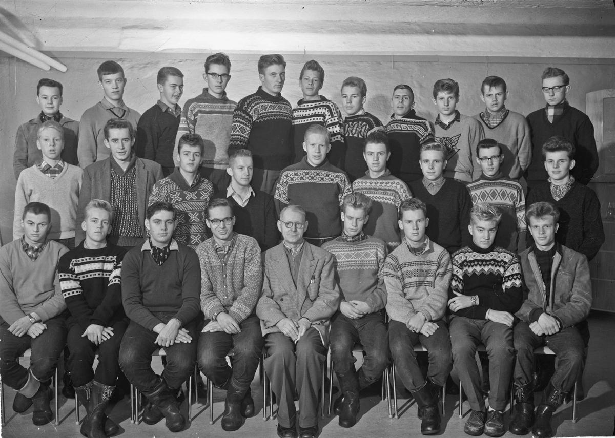 Klassebilde fra Eidsvoll Landsgymnas. Lærer: Aase.