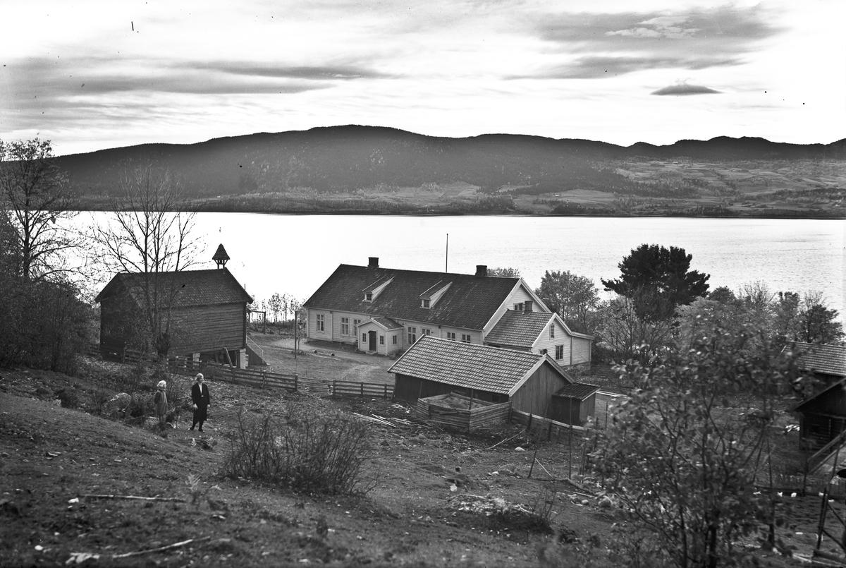 Gårdsbruk - ved Mjøsa. Skrårud gård, helt nord i Eidsvoll på østsiden av Mjøsa. Tilhørende redaktør Grieg i Eidsvoll Blad.