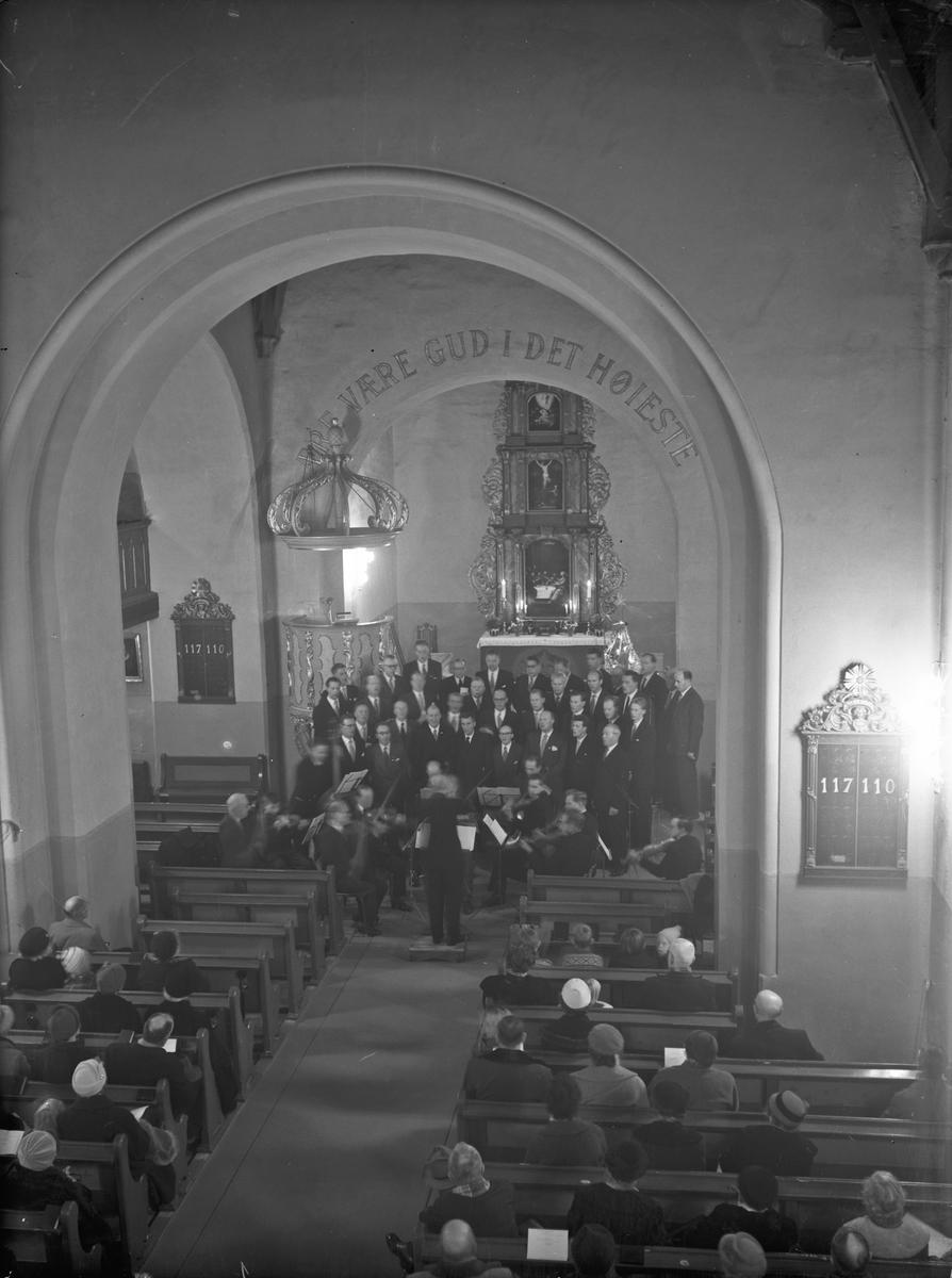 Kor og orkester i kirke.