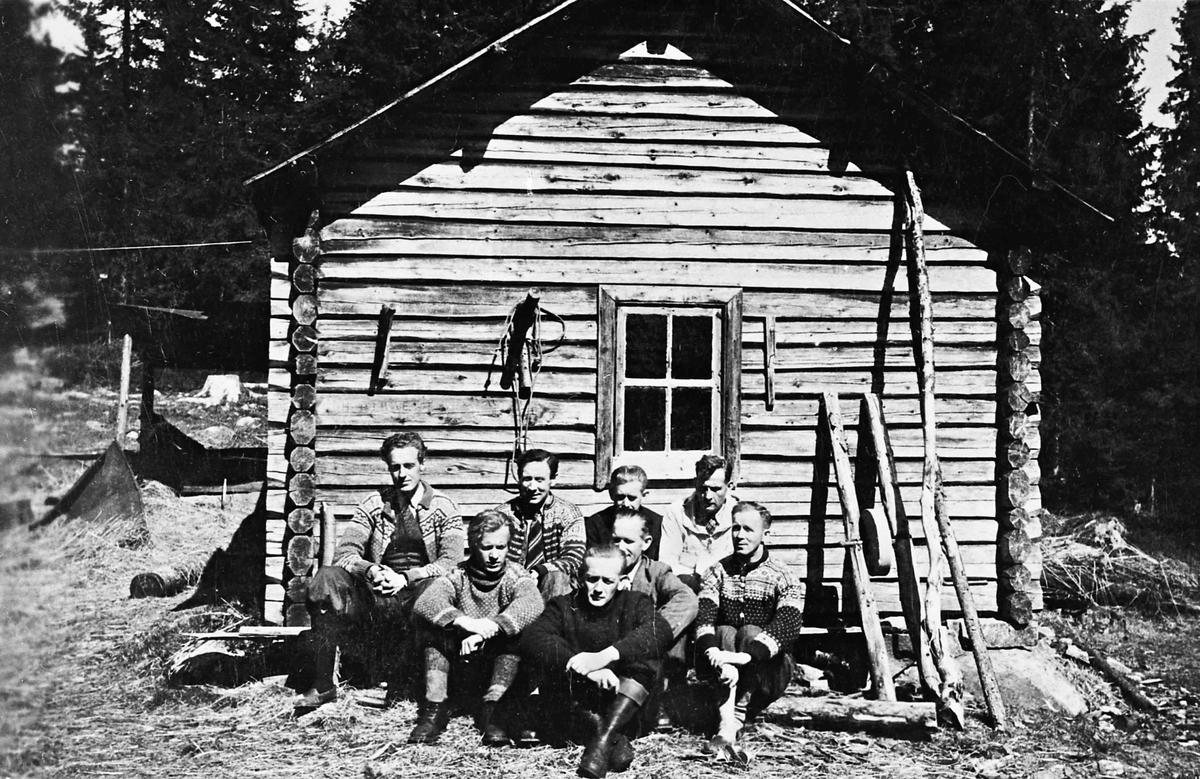 Menn utenfor en hytte. Hjemmestyrker. Bilde tatt etter krigen. Alf Røvang helt til venstre. Områdestaben?