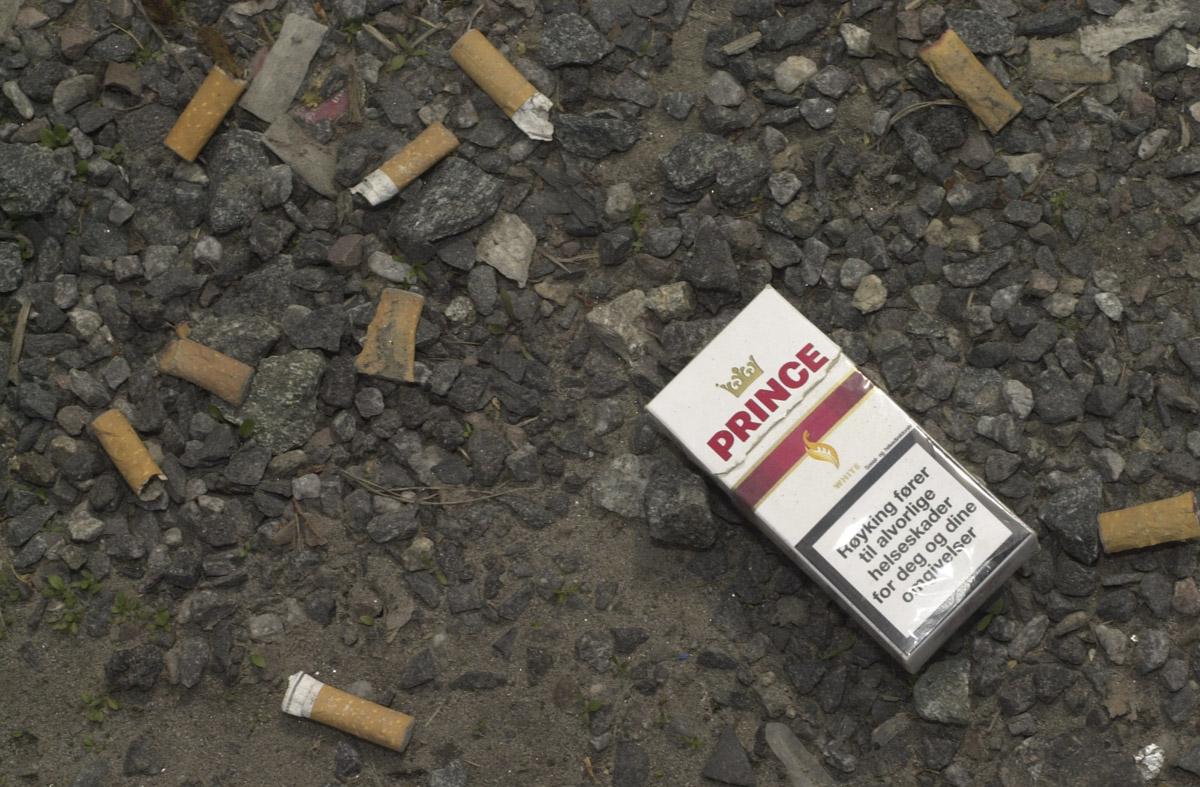 Sneiper og sigarettpakke langs veien Strømsveien Strømmen