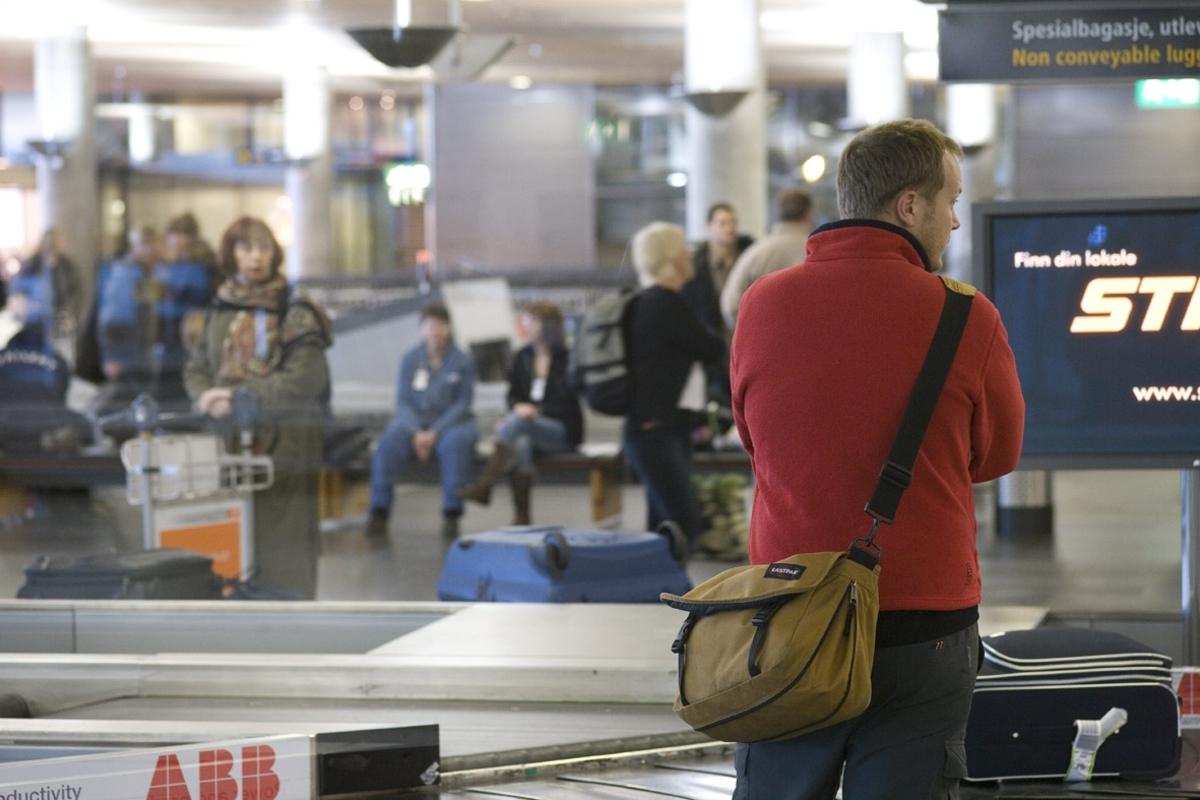 Vesker. Bagasjeutlevering innland. De reisende venter på bagasjen. Fotodokumentasjon i forbindelse med dokumentasjonsprosjekt - Veskeprosjektet 2006 - ved Akershusmuseet/Ullensaker Museum.