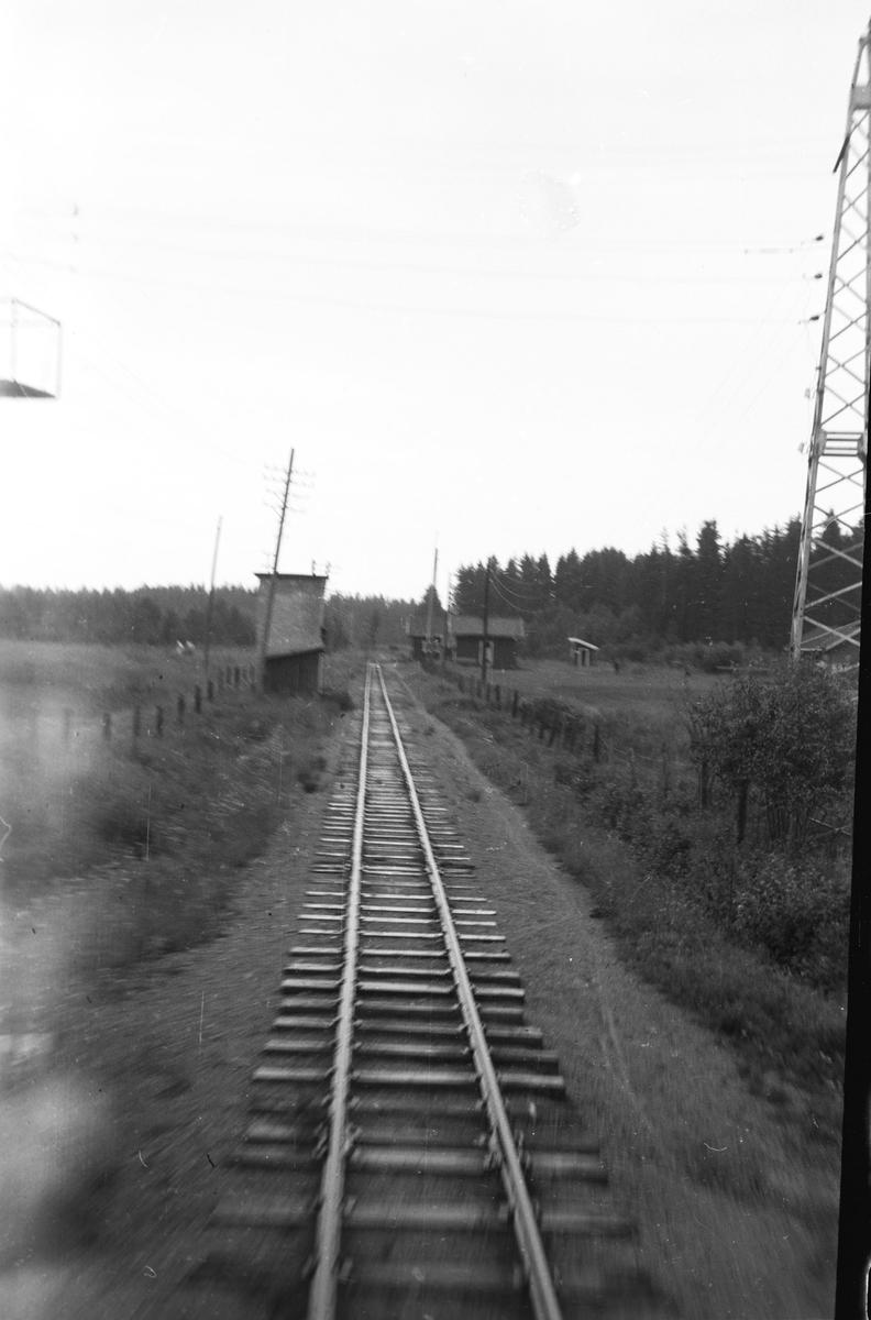 Vanntårnet på Killingmo stasjon. Tog 2058 til Sørumsand kjører fra Killingmo stasjon.