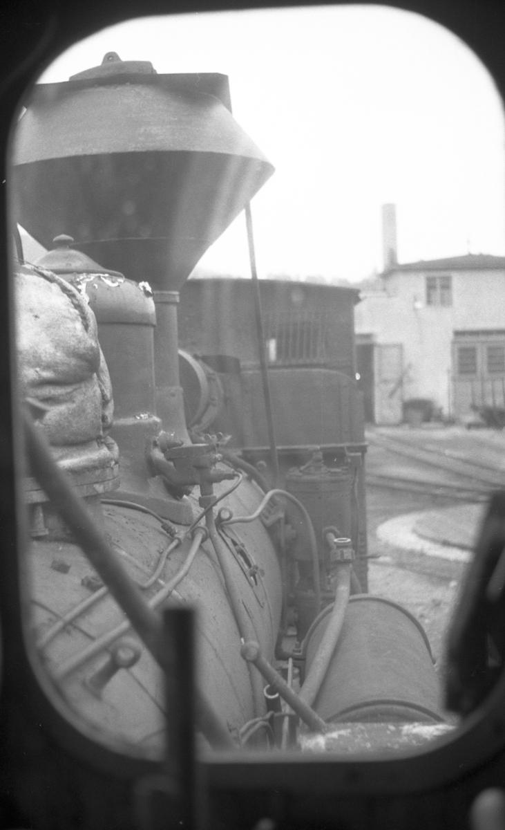 Lokomotivstallen på Grovane sett igjennom vinduet på lok nr. 1