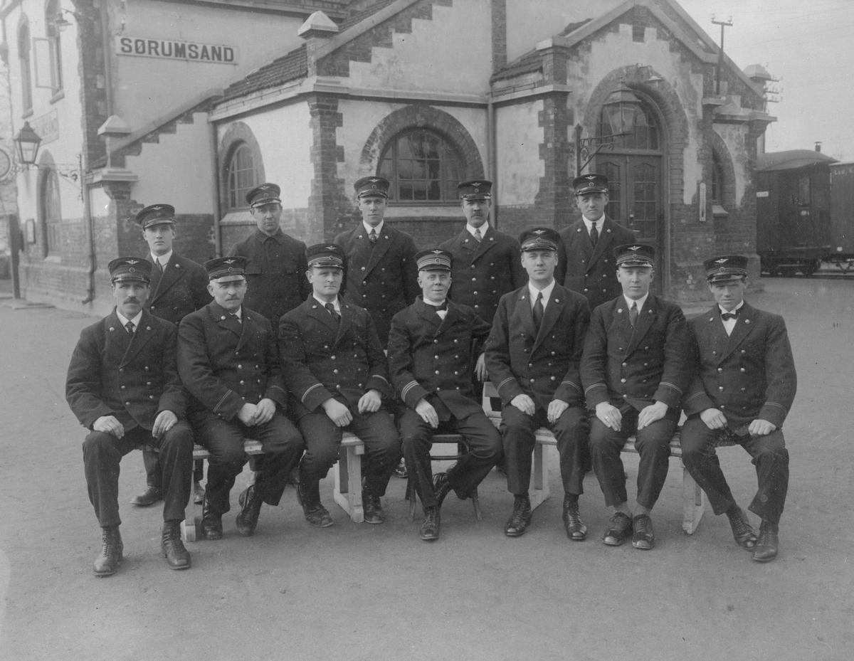 Stasjonsbetjeningen på Sørumsand stasjon i 1931.