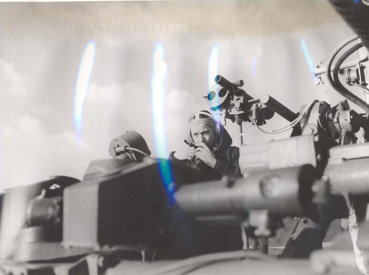 """Jageren """"Stord"""" blir overtatt av Den Norske Marine, 26.august 1943.  Mannskap som koordinerer bruk av Bofors-kanon under jomfruturen."""