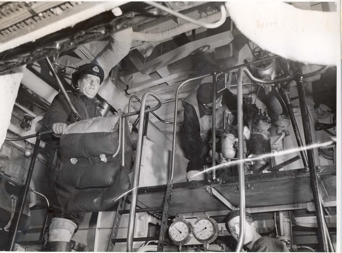 Enkeltbilde. Jageren Stord i konvoy til Murmansk. Bilde fra maskinrommet.