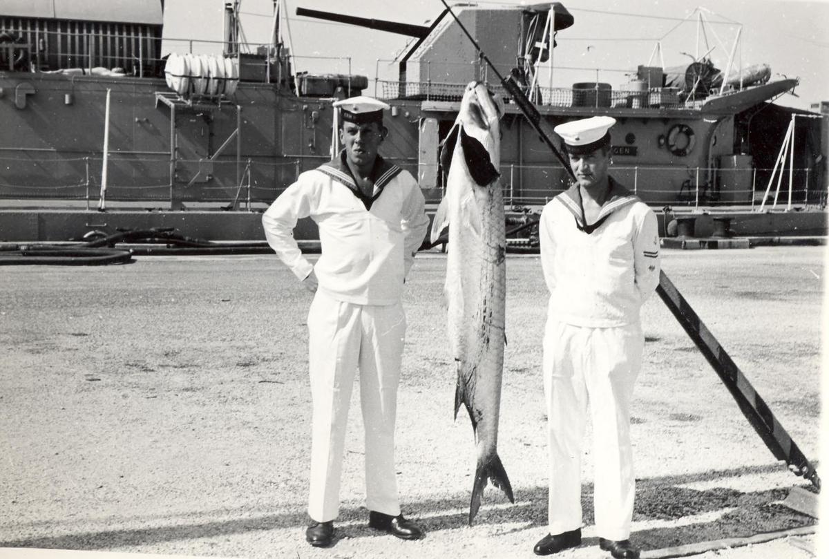 Enkeltbilde. C-kl jager, KNM Bergens tokt til Key West i 1962. noen har vært på fisketur.