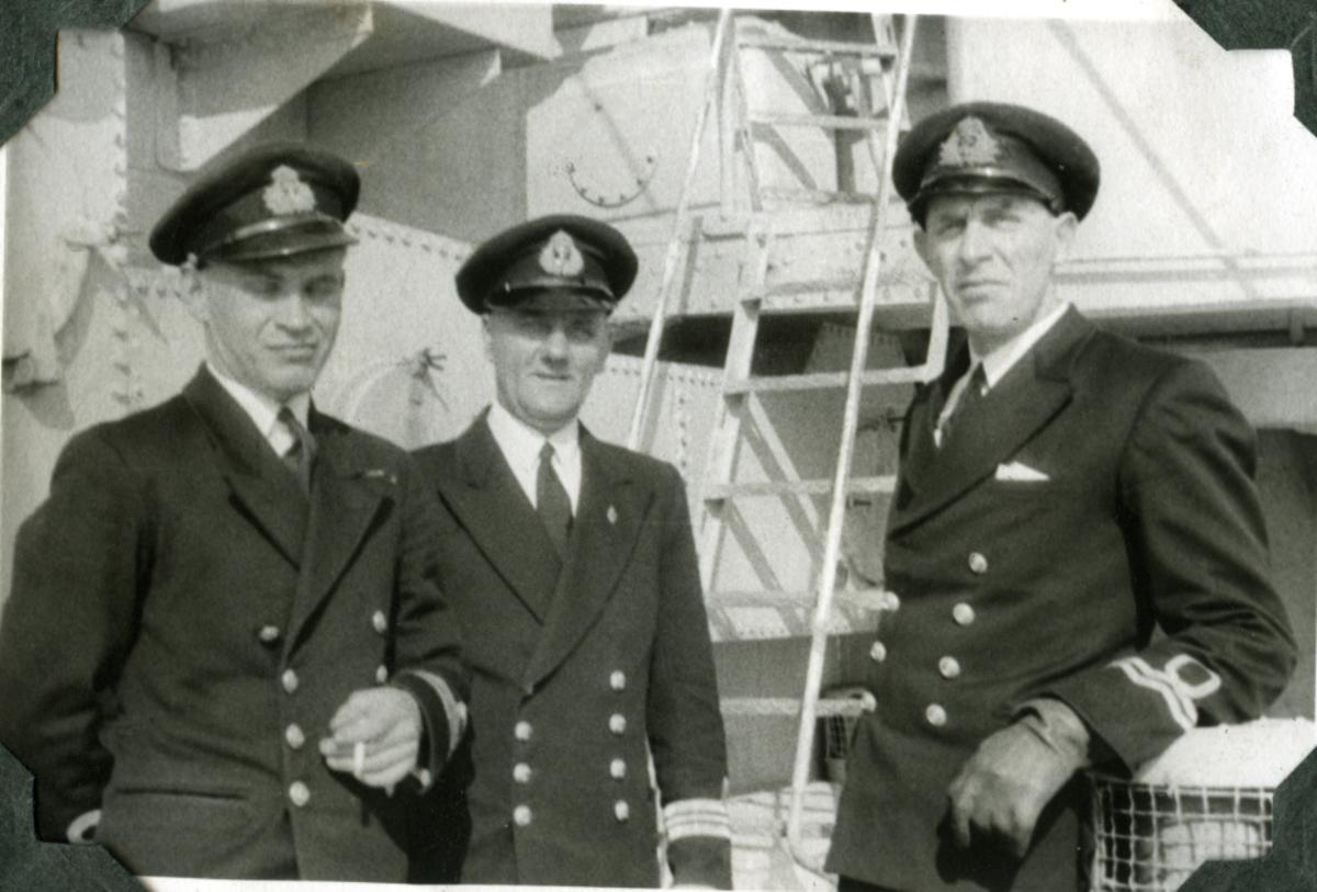 "Album Glaisdale H.Nor.M.S. ""Glaisdale"". Fotograf: Ltn. Holter. Ofiserer ombord."