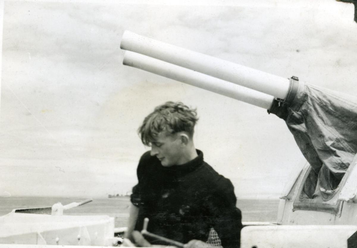 """Album Glaisdale H.Nor.M.S. """"Glaisdale"""". Fotograf: Knutdzon. En av mannskapet med tvillingkanon."""