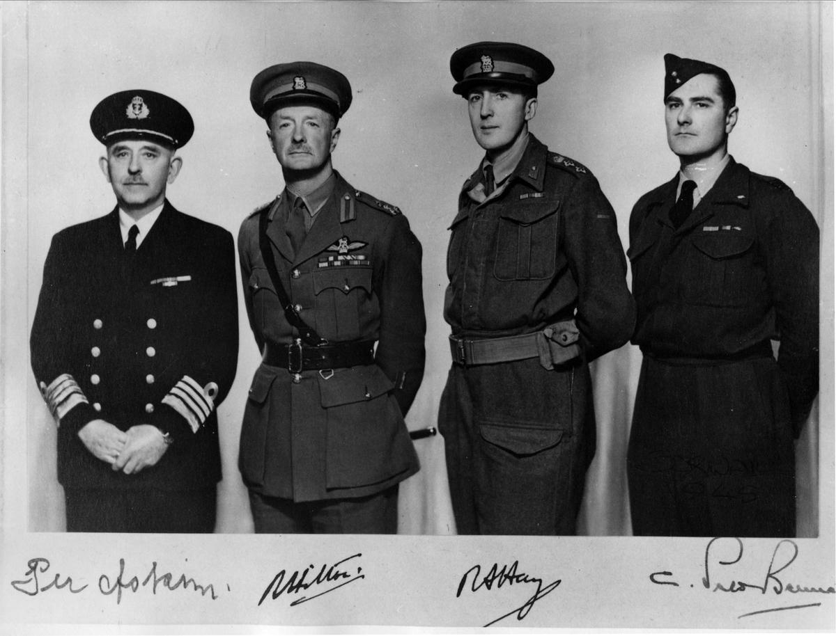 Den allierte militærkommisjon. Fra v. Kommandør Per Askim, Brigader R. Hilton, Oberst R. A. Hay (formann) og Squadron-leader P. Bennet.