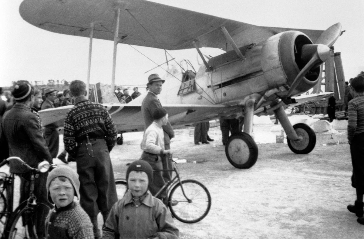 Fly nødlandet under krigen på mjøsisen, 9. april 1940, mye folk, Gloster Gladiator jagerfly. Flyet tilhørte jagevingen, stasjonert på Fornebu. Evakuert via Steinsfjorden til Hamar. Ble fløyet av Dag Krohn. Videre fløyet til Brumunddal for å ende på Vangsmjøsa. Den lengst overlevende norske Gladiator.  Se også 0401-07562 og 0401-07564.