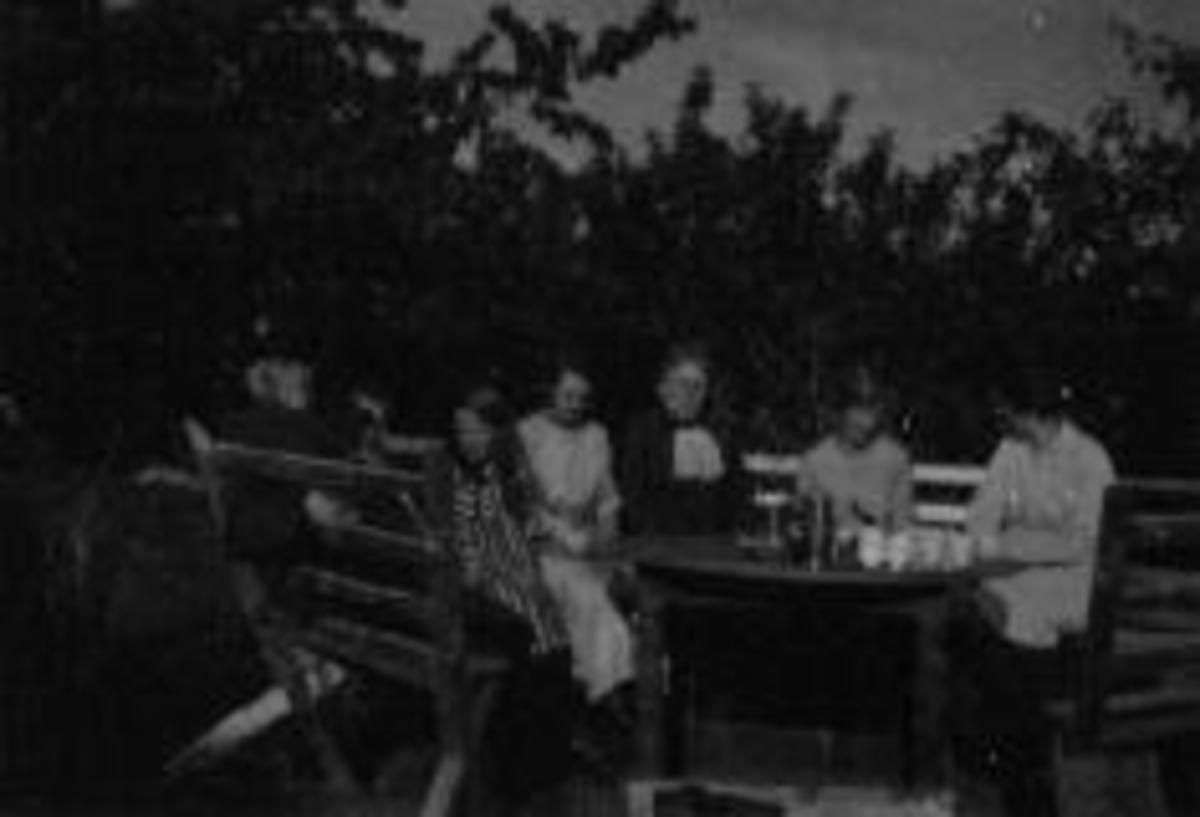 Kaffeslabras i hagen på Mellom Kise. Fra venstre er Even Arnt Gjestvang (1829-1927), Even Arnt Haugen (1909-1962), Kristiane Lise Mathea Mengshoel (1914-1995), Ågot Snilsberg, fru Bredrup, Signe Bredrup, Anne Haugen.