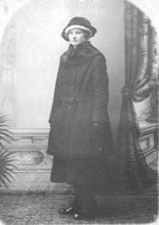 OLINE JOHANSEN FØDT: 1901 SOM KONFIRMANT, HATT OG YTTERKÅPE,