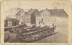 Trehusbebyggelse på Valen, nordlandsbåter trukket på land i